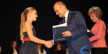 Najlepsi uczniowie odebrali stypendia i nagrody burmistrza cz. 1 - zdjęcie nr 70