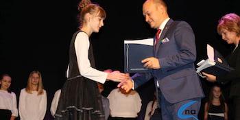 Najlepsi uczniowie odebrali stypendia i nagrody burmistrza cz. 1 - zdjęcie nr 11
