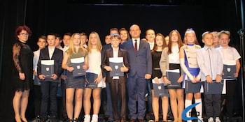 Najlepsi uczniowie odebrali stypendia i nagrody burmistrza cz. 1 - zdjęcie nr 93