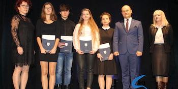 Najlepsi uczniowie odebrali stypendia i nagrody burmistrza cz. 1 - zdjęcie nr 99