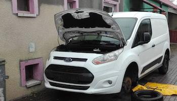 Policjanci na posesji poszukiwanego mężczyzny znaleźli dwa skradzione na terenie Niemiec auta  materiały prasowe KPP Zgorzelec