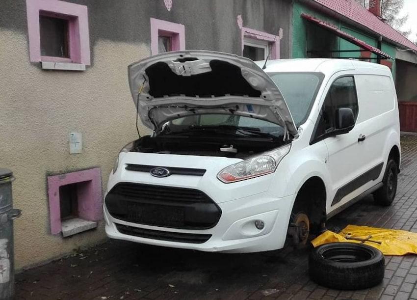 Policjanci na posesji poszukiwanego mężczyzny znaleźli dwa skradzione na terenie Niemiec auta| materiały prasowe KPP Zgorzelec