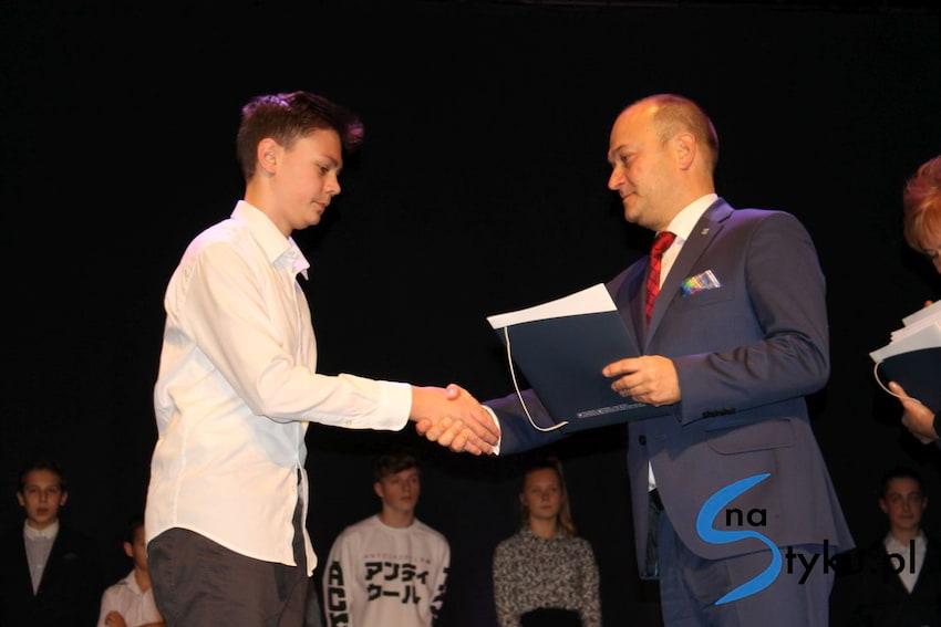 Najlepsi uczniowie odebrali stypendia i nagrody burmistrza cz. 1 - zdjęcie nr 19