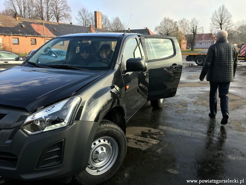 1.12 Starostwo Powiatowe w Zgorzelcu odebrało nowy samochód | materiały prasowe starostwa