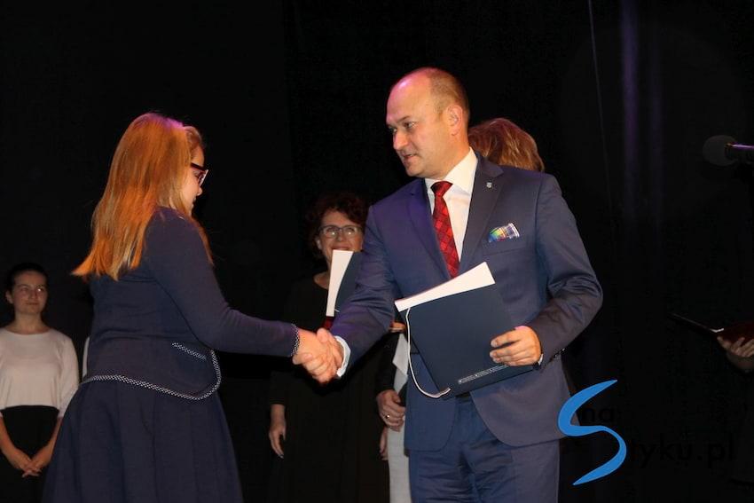 Najlepsi uczniowie odebrali stypendia i nagrody burmistrza cz. 1 - zdjęcie nr 5