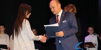 Najlepsi uczniowie odebrali stypendia i nagrody burmistrza cz. 1 - zdjęcie nr 9