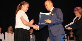 Najlepsi uczniowie odebrali stypendia i nagrody burmistrza cz. 1 - zdjęcie nr 13