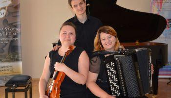 Zespół tworzą: Annę Krupę (skrzypce), Joannę Lewicką (akordeon) i Dominika Lewickiego (fortepian) | (fot.: PSM Zgorzelec)