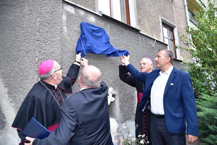 Odsłonięcie tablicy pamiątkowej przy ul. Czachowskiego 7 w Zgorzelcu (fot.: Europejskie Centrum Pamięć, Edukacja, Kultura)