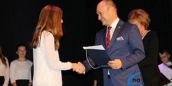 Najlepsi uczniowie odebrali stypendia i nagrody burmistrza cz. 1 - zdjęcie nr 6