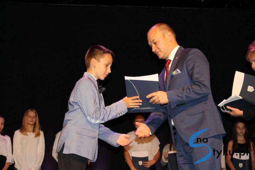 Najlepsi uczniowie odebrali stypendia i nagrody burmistrza cz. 1 - zdjęcie nr 14