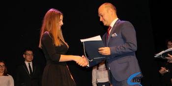 Najlepsi uczniowie odebrali stypendia i nagrody burmistrza cz. 1 - zdjęcie nr 34