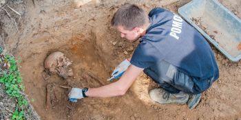 Ekshumacja szczątków niemieckiego żołnierza w Zawidowie (fot. Jerzy Stankiewicz) - zdjęcie nr 19