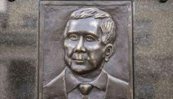 Tablica pamiątkowa Lecha Kaczyńskiego w Warszawie