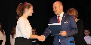 Najlepsi uczniowie odebrali stypendia i nagrody burmistrza cz. 1 - zdjęcie nr 7