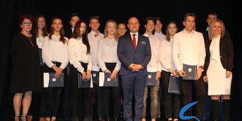 Najlepsi uczniowie odebrali stypendia i nagrody burmistrza cz. 1 - zdjęcie nr 47