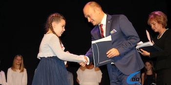 Najlepsi uczniowie odebrali stypendia i nagrody burmistrza cz. 1 - zdjęcie nr 12