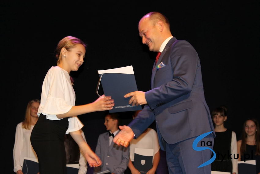 Najlepsi uczniowie odebrali stypendia i nagrody burmistrza cz. 1 - zdjęcie nr 17