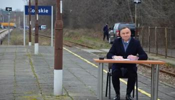 Andrzej Duda podpisuje ustawę o programie Kolej Plus, fot. Facebook/Starostwo Powiatowe w Końskich