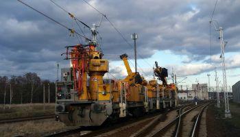 Wywieszanie sieci trakcyjnej pociągiem sieciowym do potokowej wymiany sieci trakcyjnej / fot. PKP Polskie Linie Kolejowe S.A.