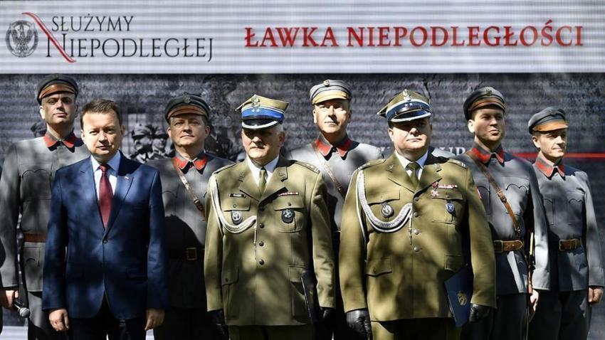 """Minister Mariusz Błaszczak dumnie odsłonił jedną z pierwszych """"ławeczek niepodległości"""""""