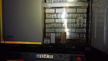 Otwarta naczepa tira przewożącego kartony z workami na śmieci / fot. KPP Zgorzelec