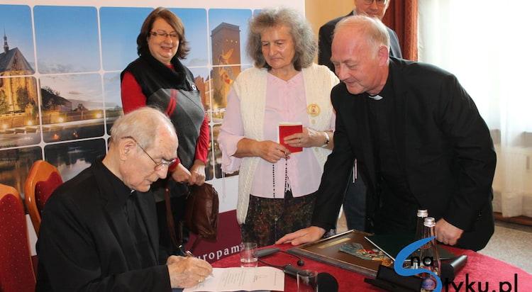 Abp Alfons Nossol laureatem Międzynarodowej Nagrody Mostu