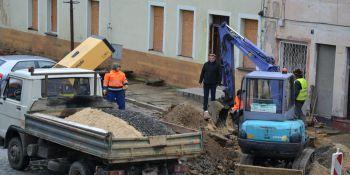 Przebudowa rynku w Zawidowie. Utrudnienia w ruchu i spadki ciśnienia wody - zdjęcie nr 1