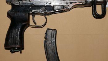 Pistolet maszynowy zabezpieczony przy mężczyźnie / fot. KPP Zgorzelec