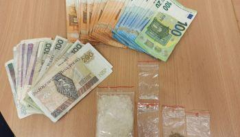 Zabezpieczone przez zgorzeleckich policjantów narkotyki i pieniądze / fot. KPP Zgorzelec