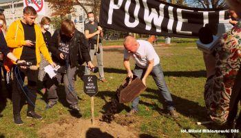 Symboliczny pogrzeb węgla brunatnego pod oknami Marszałka Województwa Dolnośląskiego - zdjęcie nr 24