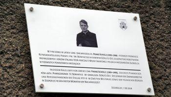 Tablica upamiętniające ks. Franza Scholza przy ul Czachowskiego 7 w Zgorzelcu