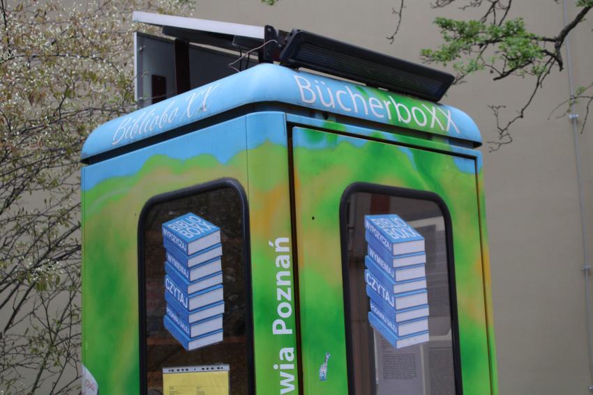 BiblioboXX stanie nieopodal wejścia do Centrum Sportowo Rekreacyjnego w Zgorzelcu / fot. UM Zgorzelec