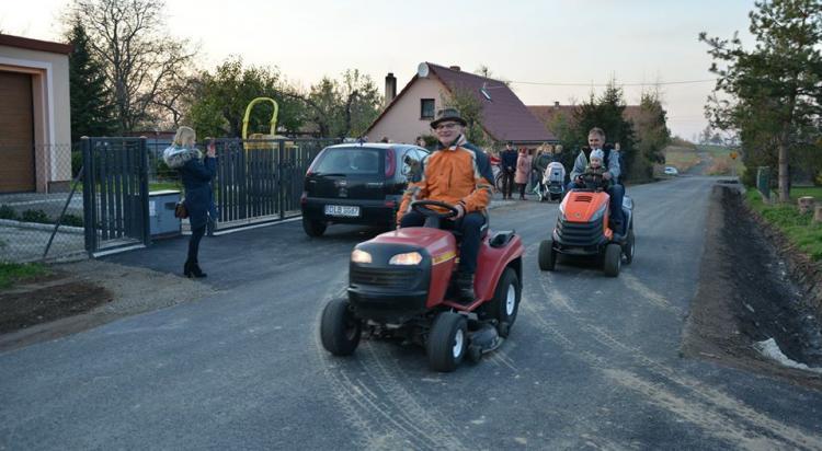 Mieszkańcy Radzimowa Górnego uroczyście otworzyli drogę - zdjęcie nr 38