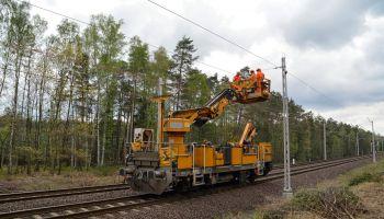 Rozwieszanie sieci trakcyjnej na linii Węgliniec – Zgorzelec / fot. PKP Polskie Linie Kolejowe S.A.