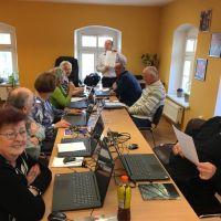 Seniorzy uczą się obsługi komputera i internetu