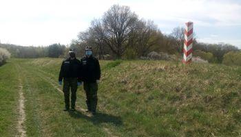 """Funkcjonariusze straży granicznej patrolujący """"zieloną granicę"""" / fot. NOSG"""