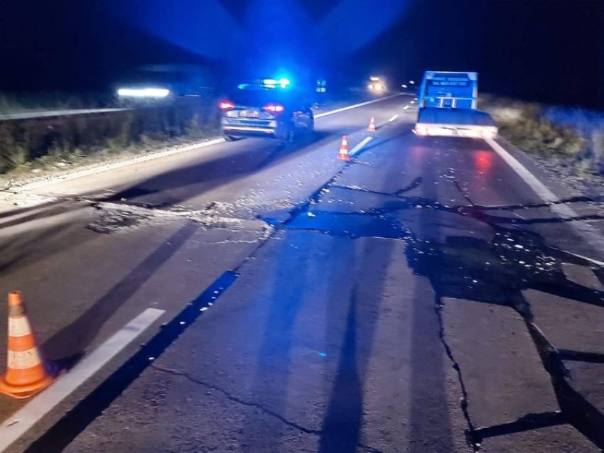 Uszkodzona nawierzchnia jezdni na A4 pomiędzy zjazdami Szczytnica a Łąka / fot. KWP Wrocław