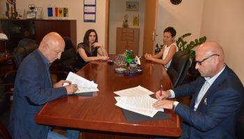 Podpisanie umowy na prowadzenie placówki opiekuńczo-wychowawczej w Zgorzelcu / fot. Starostwo Powiatowe w Zgorzelcu