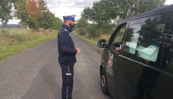 Policjanci pilnują przestrzegania zaleceń