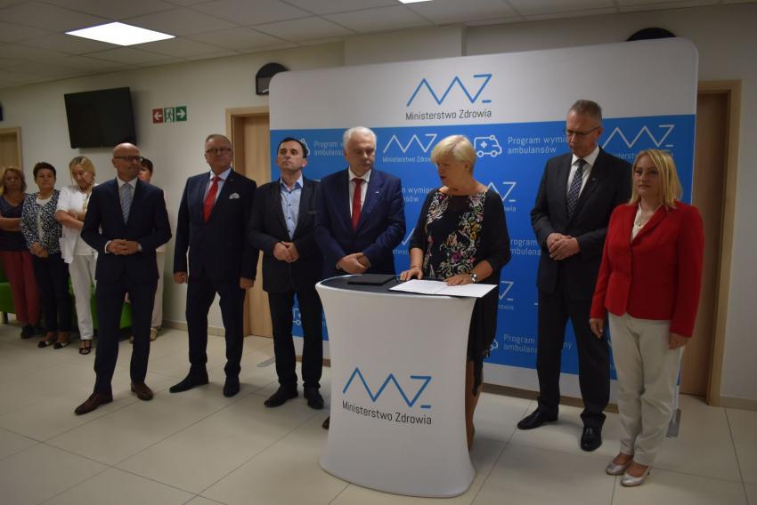 Podpisanie umowy na zakup nowego ambulansu  / fot. Starostwo Powiatowe w Zgorzelcu