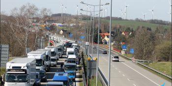 Gigantyczne korki na granicy w Jędrzychowicach. Odstać trzeba nawet kilka godzin - zdjęcie nr 17