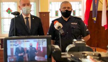 p.o. burmistrza Bogatyni Wojciech Dobrołowicz i Komendant Komisariatu Policji w Bogatyni podkom. Piotr Grześków / fot. UMiG