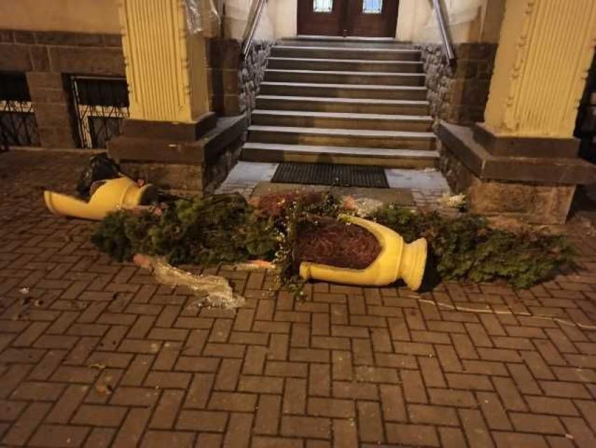 Zniszczone gazony przed wejściem do Urzędu Miasta i Gminy w Bogatyni / fot. KPP Zgorzelec