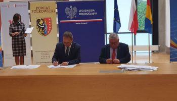 Uroczystość podpisania umów na dofinansowanie w ramach Funduszu Dróg Samorządowych / fot. DUW