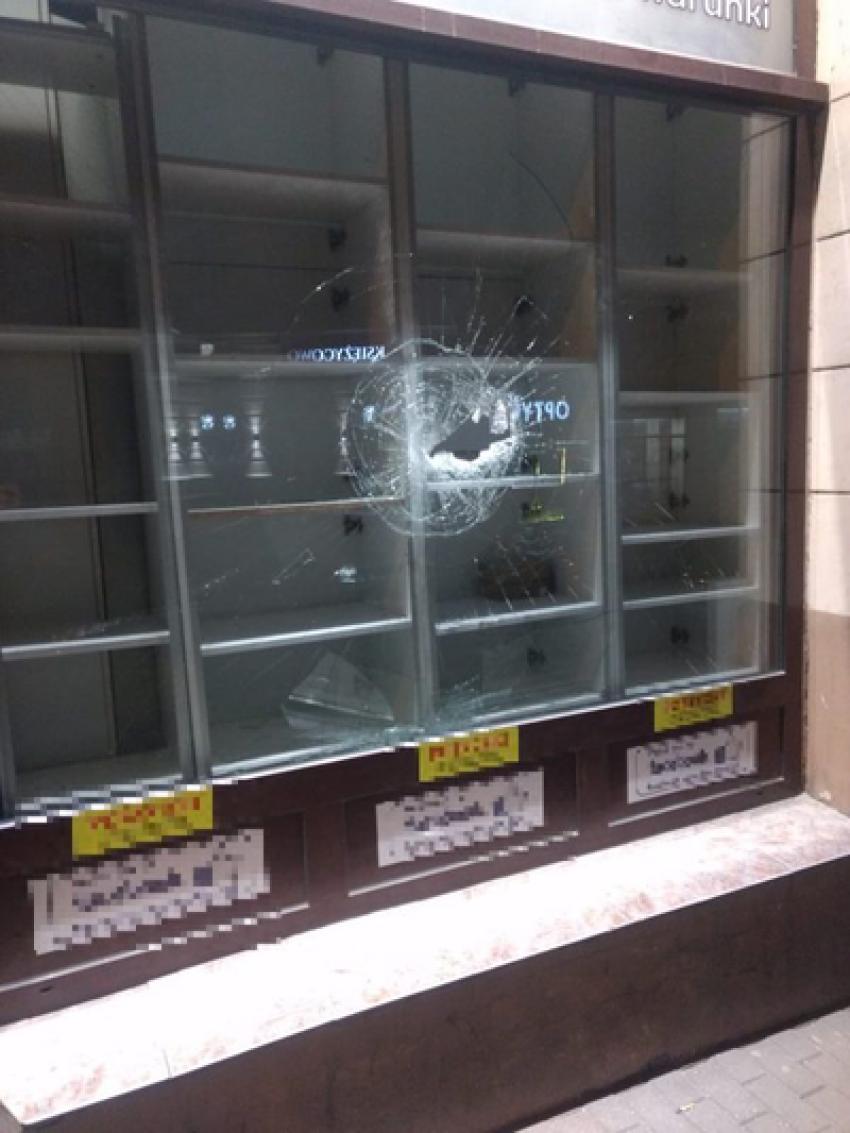 Jedna z uszkodzonych witryn sklepowych / fot. KPP Zgorzelec