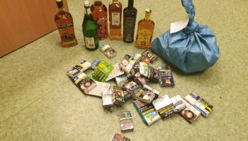 Część skradzionych butelek z alkoholem i wyrobów tytoniowych / fot. KPP Zgorzelec