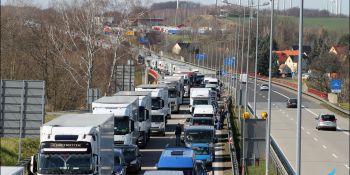 Gigantyczne korki na granicy w Jędrzychowicach. Odstać trzeba nawet kilka godzin - zdjęcie nr 16