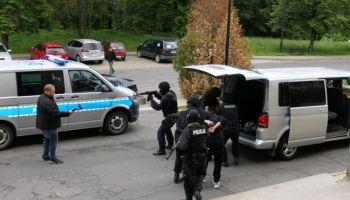 Policjanci wyprowadzający napastników / fot. KPP Zgorzelec