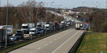 Gigantyczne korki na granicy w Jędrzychowicach. Odstać trzeba nawet kilka godzin - zdjęcie nr 19
